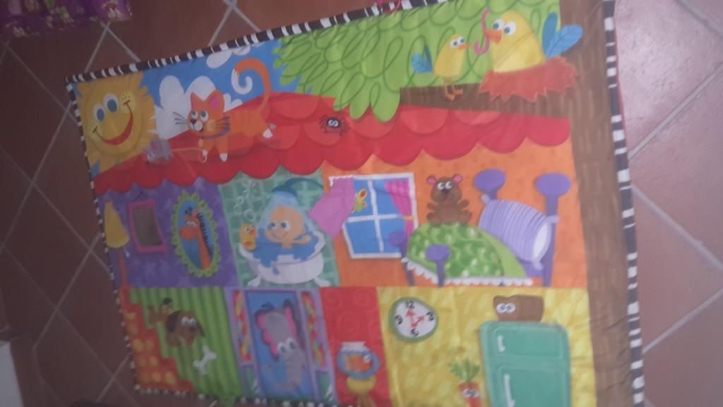 Giochi su un tappetino per bambini